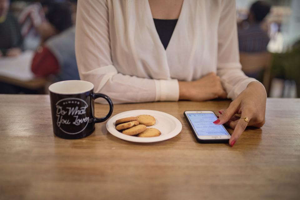Facilidade da internet ou cafezinho com gerente: como o brasileiro prefere investir?